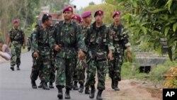 Pasukan keamanan dikerahkan untuk memulihkan kerukunan di sekitar lokasi terjadinya bentrokan warga di desa Balinuraga, Lampung (30/10). Insiden bentrokan di wilayah ini telah menewaskan 14 orang, akhir pekan lalu.