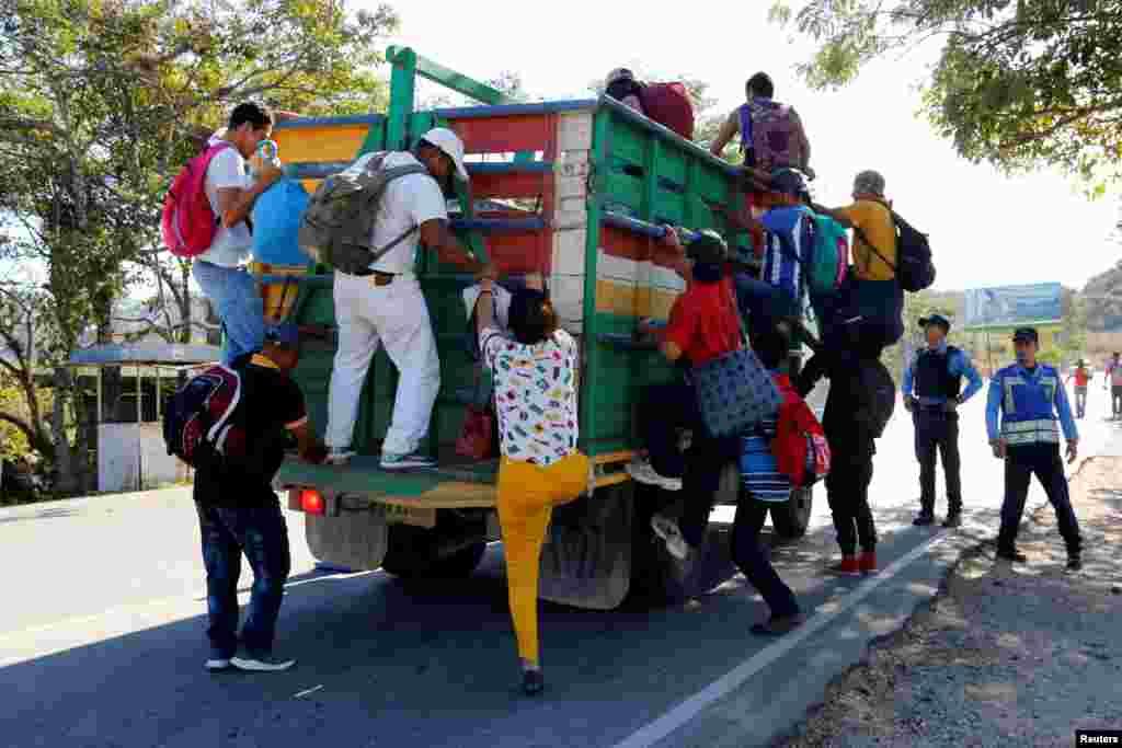 Los migrantes se suben a un camión para continuar su viaje hacia Estados Unidos, y así aliviar por tramos el cuerpo cansado por la larga caminata.