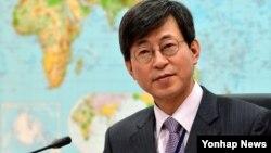 리비아 주재 한국대사관 테러공격과 관련해 13일 서울 외교부 청사에서 열린 중동지역 안전강화를 위한 관계기관 대책회의에서 이기철 재외동포영사대사가 모두발언을 하고 있다.