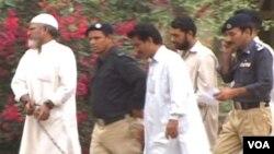 Tentara Pakistan mengawal para prajurit Pakistan yang menjadi tersangka kasus pembunuhan Sarfaraz Shah (12/8)..