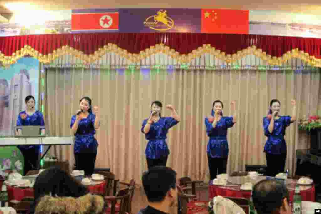 """朝鲜人经营的酒店照常营业,图为朝鲜服务员演唱""""志愿军战歌"""""""