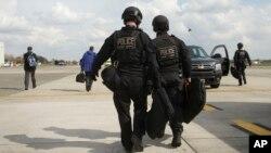 Para anggota tim Kontra Serangan Dinas Rahasia AS, yang melindungi Presiden Amerika seandainya diserang melakukan tugasnya di Waregem, Belgia (26/3).