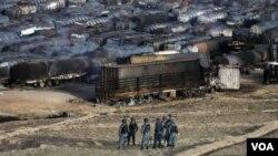 아프가니스탄에서 5일 수 백 대의 연료 수송 차량이 화염에 휩싸였다.
