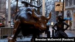 相互面对的纽约华尔街女孩与金牛
