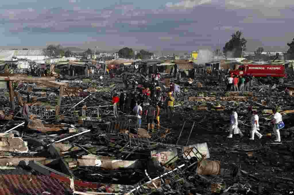 لوگوں کی ایک بڑی تعداد اس بازار میں موجود تھی جو کرسمس اور سال نو کی تقریبات کے لیے آتشبازی کا سامان خرید رہے تھے۔