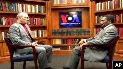 O presidente da UNITA, Isaias Samakuva, (dir.) entrevistado nos estúdios da Voz da América, por Luis Costa Ribas