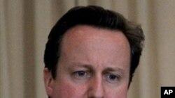 ທ່ານ David Cameron ນາຍົກລັດຖະມົນຕີອັງກິດ ທີ່ປະກາດໃນວັນອັງຄານຜ່ານມາວ່າ ຕົນຈະສົ່ງທີ່ປຶກສາທາງທະຫານ 20 ຄົນໄປ ຊ່ວຍພວກກະບົດໃນວຽກງານດ້ານ ການຈັດຕັ້ງດ້ານພະລາທິການ ແລະການສື່ສານ (AP Photo/Anjum Naveed)