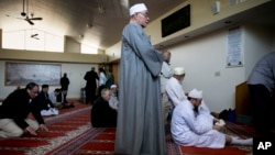사망한 보스턴 테러 용의자 타메를란 차르나예프가 출석했던 매사추세츠주 캠브리지의 이슬람 사원. 지난 26일 신도들이 기도하고 있다.