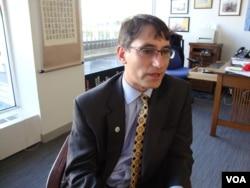 프랭크 자누지 맨스필드재단 대표가 VOA와 인터뷰하고 있다.