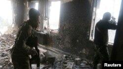 Giao tranh giữa các chiến binh phe nổi dậy, nấp bên trong một tòa nhà, và lực lượng trung thành với Tổng thống Syria Bashar al-Assad ở thành phố Aleppo