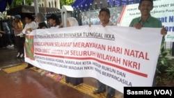 Ucapan Natal dari kelompok muslim di depan Gereja Katedral Jakarta, Rabu, 25 Desember 2019. (Foto: VOA/Sasmito)