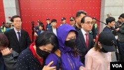 2019年4月30日,一名脫北女孩的母親在南韓的中國大使館前示威。(資料圖片)