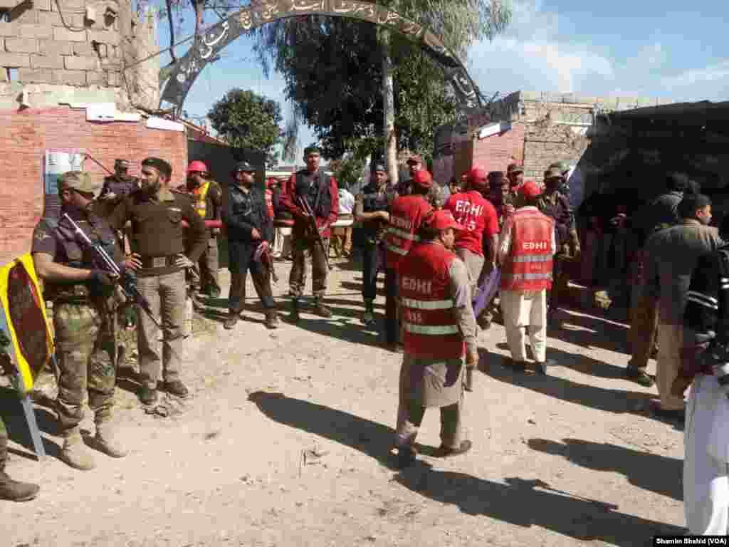 منگل کو دن کے لگ بھگ ساڑھے گیارہ بجے خود کار اسلحے سے لیس تین خودکش بمباروں نے یہ حملہ کیا۔