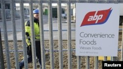 Perusahaan makanan ABP di Inggris utara membuang stok buger sapi mereka setelah munculnya laporan daging sapi yang dicampur daging kuda (foto: dok).
