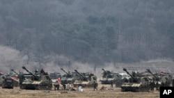 1일 한국 파주시 판문점 인근에서 전시상황에 대비해 훈련 중인 한국군.