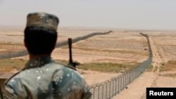 Một thành viên của lực lượng biên phòng Ả rập Xê út canh gác tại biên giới giáp với Iraq. (Ảnh tư liệu)