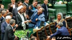 سلفی نمایندگان مجلس موگرینی که جنجالی شد. نماینده بعد عذرخواهی کرد.