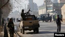 Pasukan keamanan Afghanistan terus mengamati lokasi ledakan bom dekat pintu masuk Kedutaan AS di Kabul (12/12).