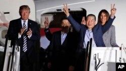 Los tres detenidos liberados llegaron alrededor de las 3:00 am. (hora de Washington) acompañados por el secretario de Estado, Mike Pompeo, quien se reunió en Corea del Norte para ultimar detalles de la cumbre entre Trump y Kim Jong Un.