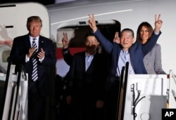 2018年5月10日,川普总统和第一夫人梅拉尼亚在安德鲁斯联合基地迎接被朝鲜拘留后又释放的三名美国人。
