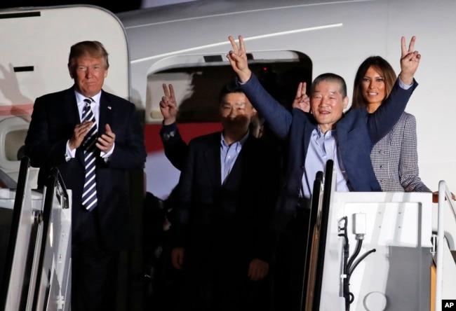 2018年5月10日,川普總統和第一夫人梅拉尼亞在安德魯斯聯合基地迎接被朝鮮拘留後又釋放的三名美國人。