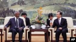 ທ່ານໂກຟີ ອັນນັນ ທູດພິເສດສະຫະປະຊາຊາດ (ຊ້າຍ) ພົບປະກັບນາຍົກລັດຖະມົນຕີຈີນ ທ່ານ Wen Jiabao ທີ່ຫໍສາລາປະຊາຊົນ ໃນກຸງປັກກິ່ງ (27 ມີນາ 2012)