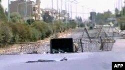 Улица в Хаме, перегороженная баррикадами. Кадр был распространен в четверг сирийским государственным информагентством SANA.