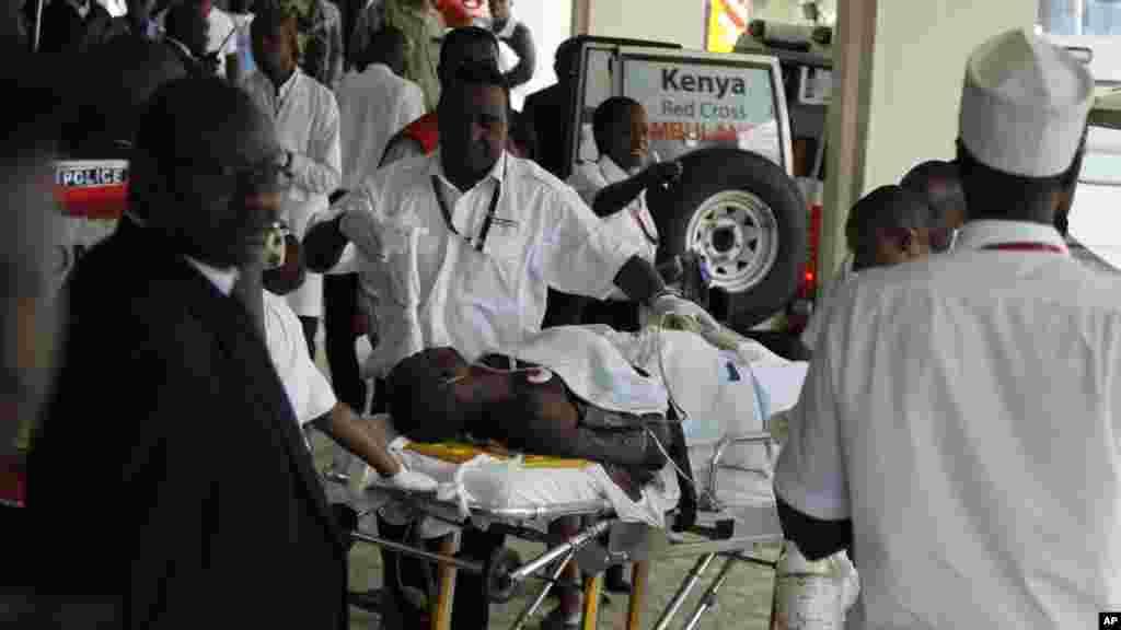 Des médecins et le personnel médical au chevet d'un homme blessé amenée à l'Hôpital national Kenyatta de Nairobi, au Kenya, Mardi 7 juillet 2015, après une attaque perpétrée par hommes armés à Mandera.