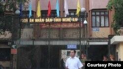 Công an canh gác trước Tòa án Nhân dân tỉnh Nghệ An (Ảnh: nuvuongcongly.net)