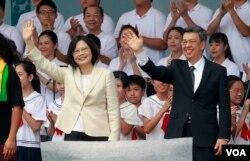 台湾新总统蔡英文和副总统陈建仁在就职典礼上挥手致意(2016年5月20日)