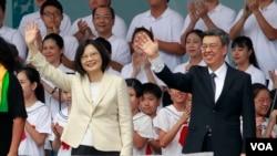 台灣新總統蔡英文和副總統陳建仁在就職典禮上揮手致意(2016年5月20日)