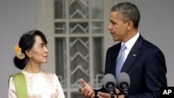 Tổng thống Obama và lãnh tụ đối lập Miến Điện Aung San Suu Kyi trong cuộc họp báo tại tư gia của bà Suu Kyi ở Yangon, Myanmar, ngày 19/11/2012.