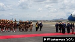 U.S. Vice President is welcomed to Papua New Guinea, Nov. 17, 2018, where he is attending the Asia Pacific Economic Co-operation (APEC) summit.