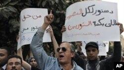 Dân Ai Cập biểu tình trong thủ đô Cairo phản đối mạnh mẽ tình trạng chiếm ưu thế của thành phần Hồi giáo trong ủy ban 100 thành viên sẽ soạn thảo hiến pháp của Ai Cập thời hậu Mubarak
