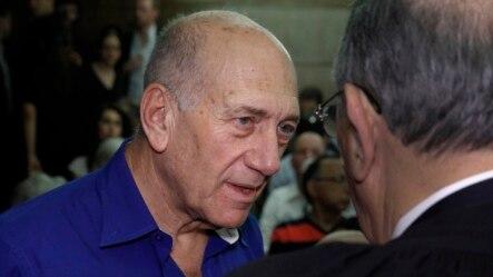 Cựu thủ tướng Israel Ehud Olmert nói chuyện với luật sự khi đến tòa án ở Tel Aviv