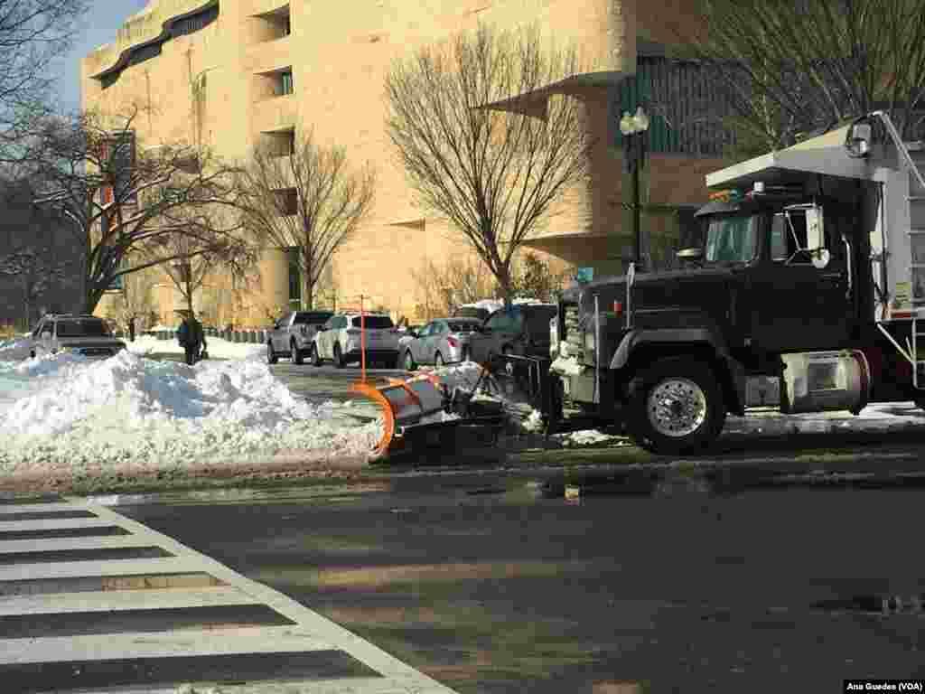 Limpa-neves arrastam o gelo para desbloquear os acessos na Avenida da Independência em Washington DC