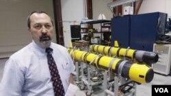 美國羅德島米德爾頓市海軍水下戰爭中心實驗室的兩個無人潛水器。(資料照片)