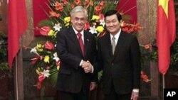 Tổng thống Chile Sebastian Pinera bắt tay với Chủ tịch nước Việt Nam Trương Tấn Sang tại Phủ Chủ tịch ở Hà Nội, ngày 22/3/2012