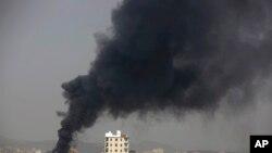 یمن کے دارالحکومت صنعا میں سعودی طیاروں کے حملے کے بعد دھواں اٹھ رہا ہے۔ ( فائل فوٹو)