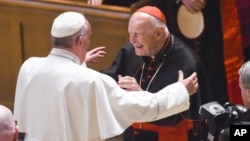 El papa Francisco ordenó la suspensión del prelado Thedore McCarrick del ejercicio de cualquier ministerio público.