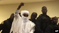 L'ancien dictateur du Tchad Hissène Habré lève la main pendant la procédure judiciaire à Dakar, Sénégal, 30 mai 2016.