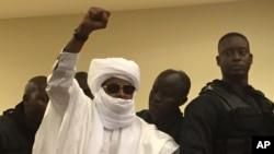Hissène Habré, ancien dictateur du Tchad, lève son poing pendant la procédure judiciaire à Dakar, Sénégal, 30 mai 2016. (AP photo / Carley Petesch}