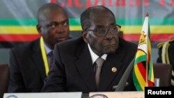 Presiden Zimbabwe Robert Mugabe mendengarkan pembicara di pertemuan Masyarakat Pembangunan Afrika Selatan (SADC) ke-34 di Victoria Falls 17 Agustus 2014.