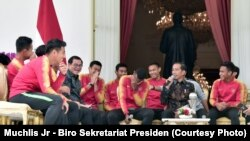 Presiden Jokowi menerima Timnas U-22 di Istana Merdeka, Jakarta (28/2).