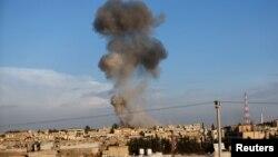 Kepulan asap hitam terlihat menyelimuti kota Ras al-Ain dari kota perbatasan Ceylanpinar, propinsi Sanliurfa, Turki (12/11). PAsukan Suriah terus membombardir kota ini selama dua hari berturut-turut.