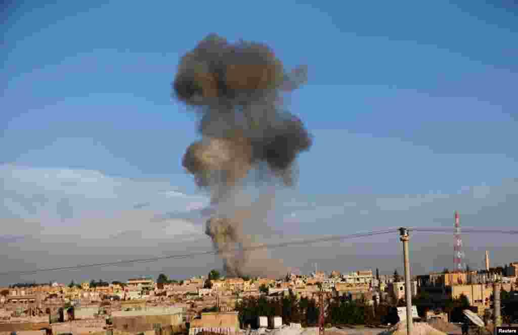 ترک سرحد کے قریب واقع قصبے راس العین پر فضائی حملے کے بعد دھوئیں کے بادل اٹھ رہے ہیں۔