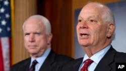 美國參議院外交關係委員會的資深民主黨成員本卡丹(右)說﹐國會將繼續調查俄羅斯干預美國2016年總統選舉的問題。