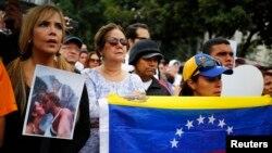 دوستداران مونیکا اسپیرو ملکه زیبایی ونزوئلا در تظاهرات علیه خشونت، کاراکاس، ۸ ژانویه ۲۰۱۴.