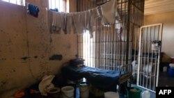 Des tissus pendent pour sécher dans une cellule de prison lors d'une visite de la prison maximale de Chikurubi par un comité parlementaire de la santé qui souhaitait avoir une idée des principaux problèmes de santé et de VIH, le 13 juin 2019.