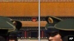 회의장 주변을 경비하는 베이징 공안원들
